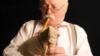 Уладзімер Пузыня з дудой аўтарскай канструкцыі, зробленай напачатку 80-х. Фрагмэнт фота Алега Белавусава
