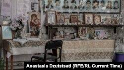 Иконы и портреты погибших в бывшей школе № 1.