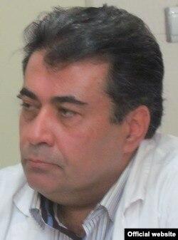 دکتر انوری در عکسی از وبسایت بیمارستان ضیائیان