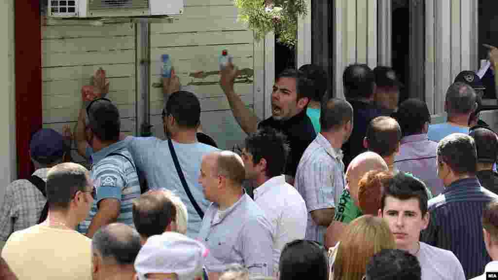 МАКЕДОНИЈА - Советникот на ВМРО-ДПМНЕ во Општина Гази Баба, Александар Трајковски, кој беше снимен на фотографија со поранешниот премиер Никола Груевски во Будимпешта, на рочиштето за предметот Насилство во Центар во кој е еден од обвинетите, рече дека бил во Унгарија поради специјалистички преглед за синусите и дишните патишта. Трајковски во Будимпешта заминал по второ мислење за неговата болест, за што приложил и медицинска документација.