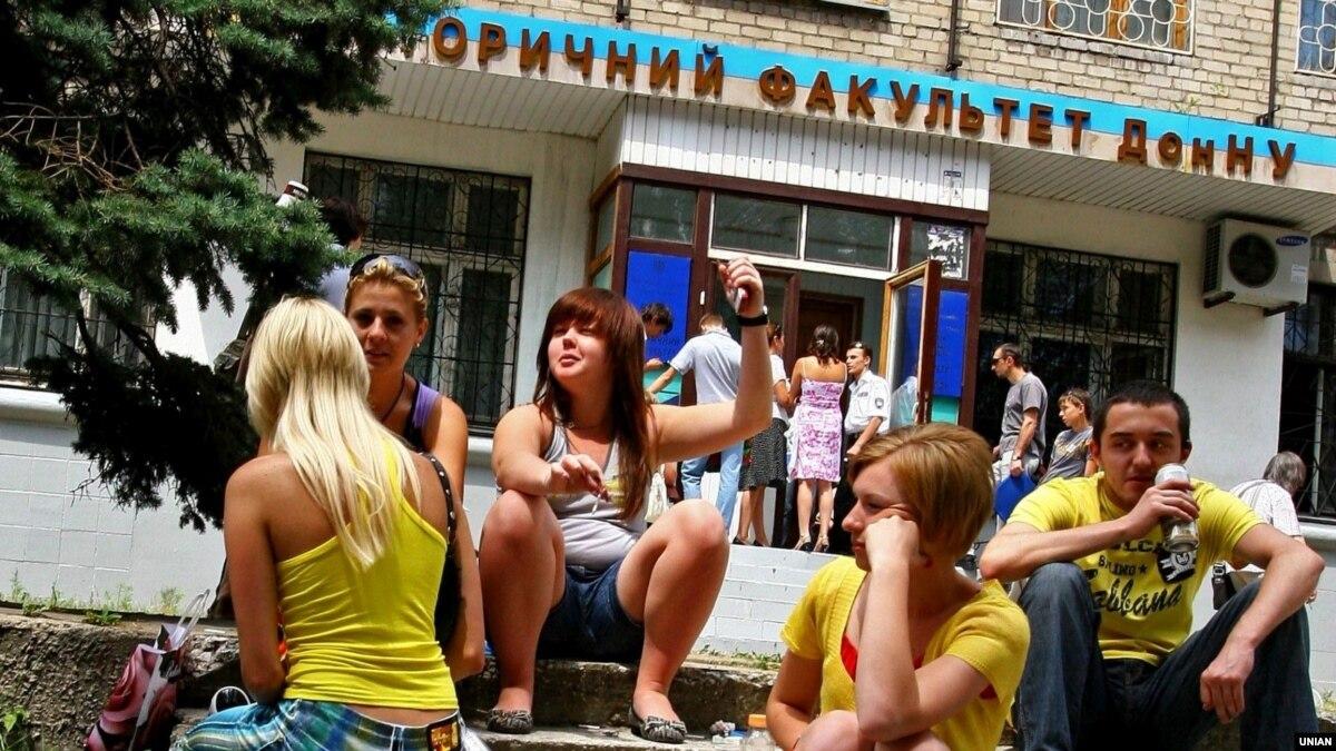 «На работу устроиться можно, зарплата будет тысяч 10 рублей»: 6 рассказов студентов, учащихся в оккупации