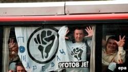 """Pripadnici """"Otpora"""" na putu za demonstracije u Beogradu, septembar 2000."""