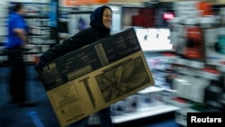 """""""Черная пятница"""" в США – счастливый покупатель телевизора со скидкой в Нью-Джерси"""