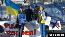 Діна Кузьміна (праворуч) на демонстрації за звільнення Надії Савченко