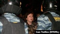 Оппозиция лагеріне түн ішінде келген ОМОН сарбаздары. Мәскеу, 16 мамыр 2012 жыл.