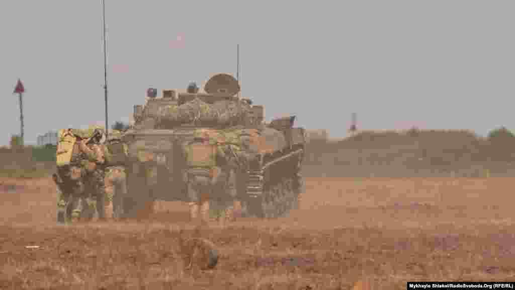 Просування груп морської піхоти під прикриттям артилерії та у супроводі броньованої техніки