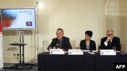 نایجل چپمن (مدیر سرویس جهانی بی بی سی)، پونه قدوسی (مجری بی بی سی فارسی) و بهروز آفاق (مدیر بخش آسیا و اقیانوسیه سرویس جهانی بی بی سی) در یک کنفرانس خبری در لندن