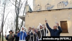 Акция в Минске в защиту свободы слова на фоне граффити, которое символизирует свободные медиа (граффити вскоре было уничтожено)