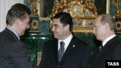 "Orsýetiň öňki prezidenti we häzirki premýeri Wladimir Putin (sagda), türkmen prezidenti Gurbanguly Berdimuhamedow (ortada) we Orsýetiň ""Gazprom"" kompaniýasynyň ýolbaşçysy Alekseý Miller, Kreml, 24-nji aprel 2007-nji ýyl."