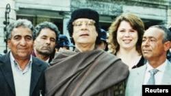 Галина Колотницкая (вторая справа) с Муамаром Каддафи и членами его окружения