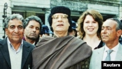 Муамар Каддафи (в центре)