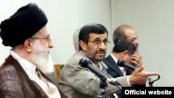 Маҳмуди Аҳмадинажод бо Оятуллоҳ Алии Хоманаӣ дар моҳи августи соли 2010.