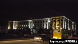 Підсвічена будівля окупаційної «Ради міністрів Криму», вуличне освітлення відсутнє, Сімферополь, Крим, 22 листопада 2015 року
