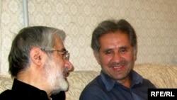میرحسین موسوی (چپ) به همراه خواهرزاده خود، علی حبیبی موسوی، که محسن مخملباف میگوید ترور شده است.