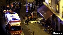 На месте теракта в Париже. 13 ноября 2015 года.