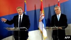 Новый президент Сербии Томислав Николич и член Еврокомиссии по вопросам расширения ЕС Стефан Фюле на инаугурации в Белграде