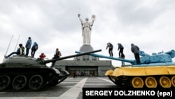 Нинішній вигляд монумента «Батьківщина-Мати», на якому й досі герб СРСР. Київ, 13 квітня 2017 року