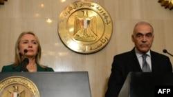Міністр закордонних справ Єгипту Мохаммед Камель Амр і держсекретар США Гілларі Клінтон оголошують про перемир'я, Каїр, 21 листопада 2012 року