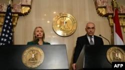 Государственный секретарь США Хиллари Клинтон и глава МИД Египта Мохаммед Камаль Амр на пресс-конференции по итогам переговоров о перемирии в Каире, 21 ноября