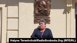 Наталія Іваничук на відкритті меморіальної дошки батькові