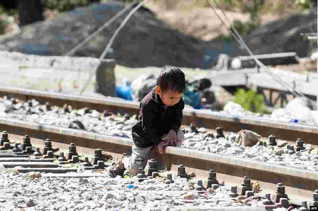 یک کودک پناهجو در نزدیکی مرز مقدونیه با یونان