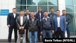 Астанаға барған Маңғыстау мұнайшылары делегациясының парламент ғимараты алдында түскен суреті. Астана, 7 кыркуйек 2015 жыл.