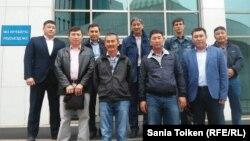 Представители нефтяников перед зданием мажилиса в Астане, куда они приехали для передачи своих предложений по проекту трудового кодекса. 7 сентября 2015 года.