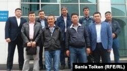 Еңбек туралы заңға қарсылығын білдіріп парламентке барған Маңғыстау мұнайшылары делегациясы. Астана, 7 кыркуйек 2015 жыл.