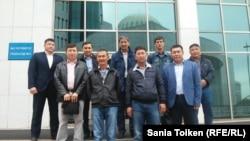 Представители профсоюзов нефтяников у входа в здание мажилиса в Астане, куда они приехали для передачи своих предложений по проекту трудового кодекса. 7 сентября 2015 года.