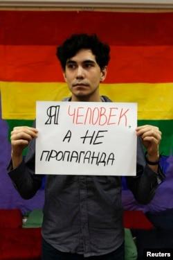 Участник акции в защиту прав геев. Санкт-Петербург, 14 февраля 2013 года.