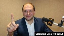 Ion Ceban, în studioul Europei Libere de la Chișinău (imagine de arhivă).