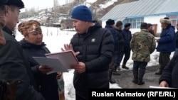 Адистер Тоо-Кызыл-Суу айылынын тургундары менен жолугушуп жатат.
