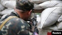 Бойовик угруповання «ДНР» на блокпосту в Донецьку, 7 липня 2014 року