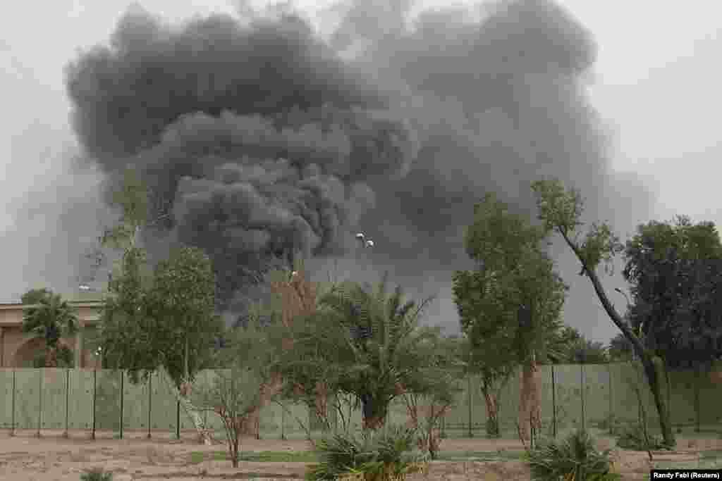 """Клубы дыма над территорией посольства США в Багдаде в марте 2008 года. Вооруженная группа под покровительством Ирана обстреляла """"зеленую зону"""", где расположены дипломатические представительства в Ираке. Сулеймани настолько влиял на происходящее в Ираке, что даже отправил через иракских официальных лиц послание командующему американским контингентом в Ираке в те годы генералу Дэвиду Петреусу. В послании Сулеймани предупреждал генерала, что политику Ирана в отношении Ирака определяет не кто иной, а именно он сам, как и политику в отношении Ливана, Газы и Афганистана."""
