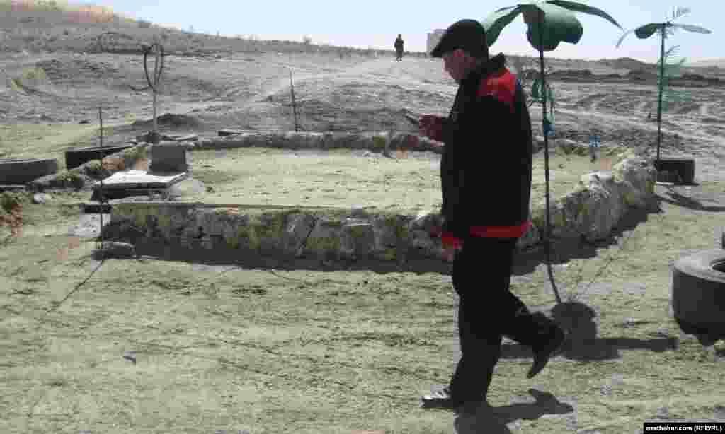 Мужчина в деревне Ербент, расположенной в пустыне Каракумы в Туркменистане.