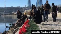 Ծաղիկներ զոհված նավթագործների հիշատակին