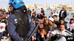 Итальянская полиция следит за порядком в лагере беженцев на острове Лампедуза