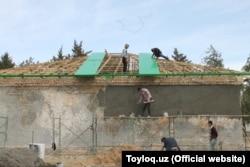 Во время хашара дома малоимущих жителей бесплатно покрывают шифером.