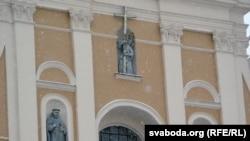 Драўляныя скульптуры з фасаду бэрнардынскага касьцёла, якія рэстаўраваў і кансэрваваў Уладзімір Кіслы