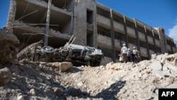 Разрушения после авиаудара в удерживаемом повстанцами районе Ансари в сирийском городе Алеппо. 23 сентября 2016 года.