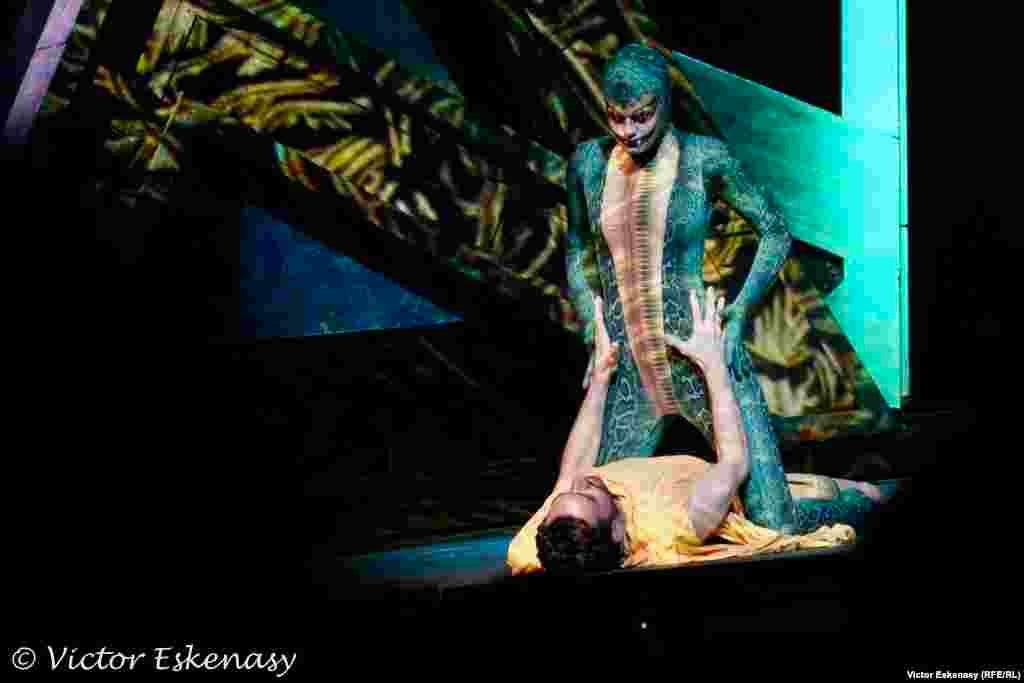 Confruntarea cu Sfinxul (Juliane Stephan; voce: Heain Youn).