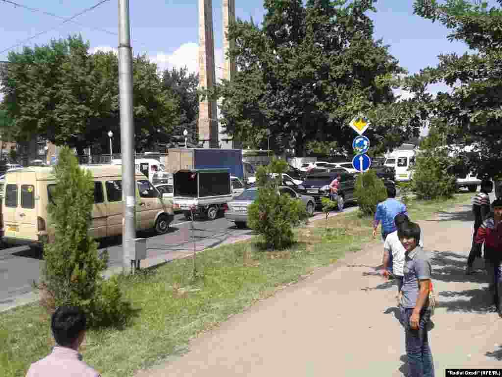 Дар пайи ташрифи Навоз Шариф, сарвазири Покистон ҷодаҳои мошигарди шаҳри Душанбе рӯзи 18-уми июн баста ва тамба шуд, ки боиси пиёда рафтани сокинон гардид.