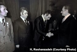 به همراه عطا بهمنش در دیدار با محمدرضا شاه پهلوی