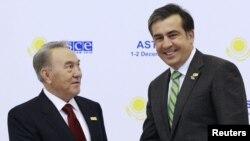 Қазақстан және Грузия президенттері Нұрсұлтан Назарбаев (сол жақта) пен Михаил Саакашвили. Астана, 1 желтоқсан 2010 жыл.