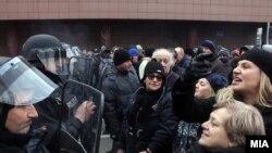 Protestuesit para Kuvendit të Maqedonisë në Shkup, ndërsa hyrjen në parlament e mbronë policia