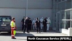 """Полиция и медперсонал у входа в здание """"Messe Wien"""", где размещены беженцы"""
