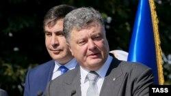 Президент Украины Петр Порошенко (справа) и губернатор Одесской области Михаил Саакашвили. Одесса, 25 августа 2015 года.
