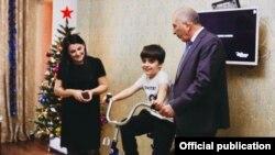 Власти Дагестана сообщили, что подарили школьнику велосипед. Фото: пресс-служба главы и правительства республики