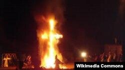 """Ку-клукс-клан и горящие кресты традиционно символизируют """"превосходство"""" белой расы над людьми другого цвета кожи"""