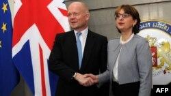 Британскиот министер за надворешни работи Вилијам Хејг и неговата грузиска колешка Маја Панџикиѕе во Тбилиси.